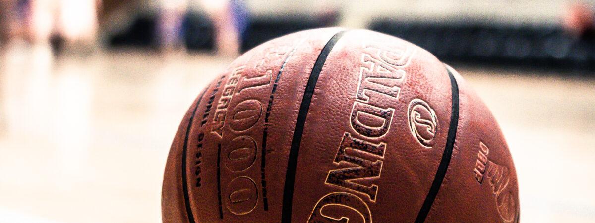 Genstart af indendørs basket træning